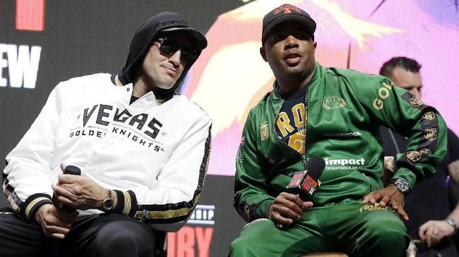 Tyson Fury duduk bersama pelatihnya, Javon