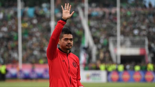 Mantan pemain Persija Jakarta yang kini menjabat manajer tim, Bambang Pamungkas, mewakili tim untuk menerima medali runner up Piala Gubernur Jatim 2020. Sebab, pemain Persijaenggankeluar ruang gantilantaran alasan keamanan. (ANTARA FOTO/Zabur Karuru)