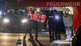 Dalam aksi kedua dilaporkan lima orang tewas di depan bar.(AP Photo/Michael Probst)