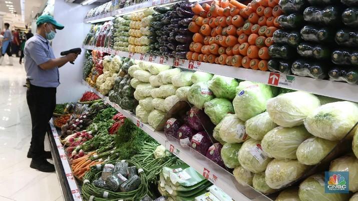 Petugas Swalayan mengecek buah dan sayuran di Supermarket Kawasan Tangerang Selatan, Kamis (20/02/2020). Pemerintah berupaya melakukan peningkatan produksi buah-buahan dalam negeri dan diharapkan tidak hanya dilakukanuntuk mendongkrak ekspor. (CNBC Indonesia/Muhammad Sabki)