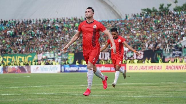 Marko Simic mencetak gol penyama kedudukan 1-1 di babak pertama final Gubernur Piala Jatim 2020 di Stadion Delta Sidoarjo, Kamis (20/2).