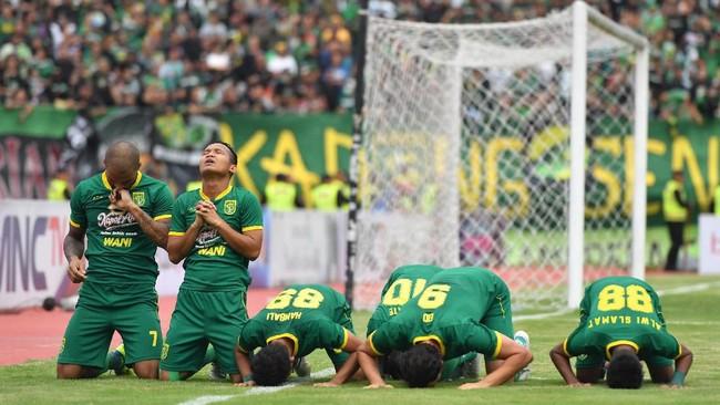 Persebaya Surabaya makin dominan dan mampu mengakhiri pertandingan dengan skor 4-1. Kemenangan ini diwarnai kartu merah bek Persija Ryuji Utomo pada pertengahan babak pertama. (ANTARA FOTO/Zabur Karuru)