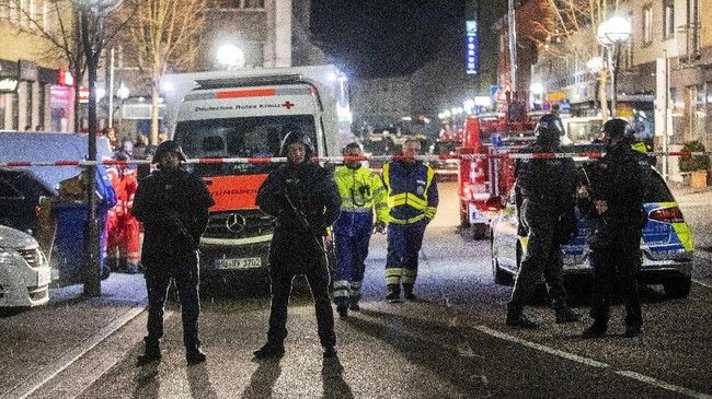 Saksi mata mengatakan serangan pertama terjadi sekitar pukul 22.00 di pusat kota Frankfurt hingga menewaskan tiga orang.(AP Photo/Michael Probst)