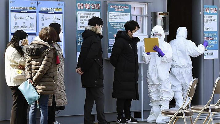 People suspected of being infected with the new coronavirus wait to receive tests at a medical center in Daegu, South Korea, Thursday, Feb. 20, 2020. The mayor of the South Korean city of Daegu urged its 2.5 million people on Thursday to refrain from going outside as cases of a new virus spiked and he pleaded for help from the central government. (Lee Moo-ryul/Newsis via AP)