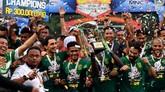 Tim Persebaya Surabaya mengangkat Piala Gubernur Jatim 2020 setelah mengalahkan Persija Jakarta dengan skor 4-1. (ANTARA FOTO/Zabur Karuru)