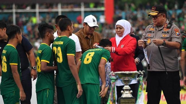Gubernur Jawa Timur Khofifah Indar Parawansa (kedua kanan) didampingi Kapolda Jawa Timur Irjen Pol Luki Hermawan (kanan) menyerahkan medali juara Piala Gubernur Jatim 2020 kepada Persebaya Surabaya. (ANTARA FOTO/Zabur Karuru)