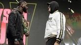 Konferensi pers berubah menjadi panas saat Tyson Fury dan Deontay Wilder melakukan face off untuk fotografer. (AP Photo/Isaac Brekken)