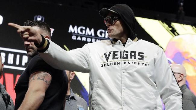 Tyson Fury menunjuk ke arah Deontay Wilder. Pertarungann kedua petinju akan berlangsung di MGM Grand Arena, Las Vegas, Minggu (23/2) siang WIB. (AP Photo/Isaac Brekken)