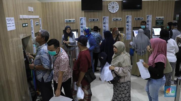 Antrian Pasien BPJS Kesehatan (CNBC Indonesia/Muhammad Sabki)