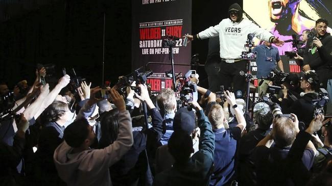 Tyson Fury berpose di depan awak media saat tiba di konferensi pers jelang melawan Deontay Wilder di Las Vegas, Amerika Serikat, Rabu (19/2) malam waktu setempat. (AP Photo/Isaac Brekken)