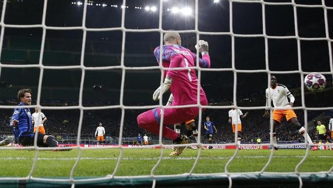 Hans Hateboer berhasil membawa Atalanta unggul di menit ke-16. Umpan Alejandro Gomez diselesaikan dengan akurat oleh Hateboer. (AP Photo/Antonio Calanni)