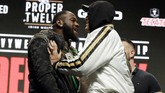 Tyson Fury dan Deontay Wilder terlibat saling dorong saat melakukan face off. (AP Photo/Isaac Brekken)