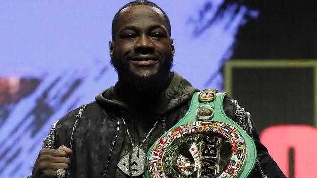 Deontay Wilder yang merupakan juara bertahan kelas berat WBC berpose dengan sabuk juara miliknya. (AP Photo/Isaac Brekken)