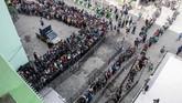 Ribuan suporter sepak bola mengantre masuk stadion jelang pertandingan final Piala Gubernur Jawa Timur di Gelora Delta, Sidoarjo, Jawa Timur, Kamis (20/2). Sementara suporter Persija dilarang hadir demi keamanan.(ANTARA FOTO/Umarul Faruq)