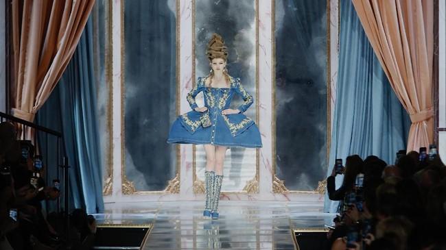FOTO: Moschino: Obsesi Marie Antoinette, Kue, dan Fashion