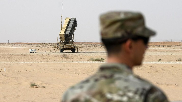 A member of the U.S. Air Force stands near a Patriot missile battery at the Prince Sultan air base in al-Kharj, central Saudi Arabia, Thursday, February 20, 2020. Pompeo met with King Salman in the capital, Riyadh, on Thursday. (Andrew Caballero-Reynolds/Pool via AP)