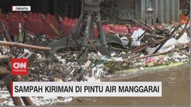 VIDEO: Sampah Kiriman Padati Pintu Air Manggarai