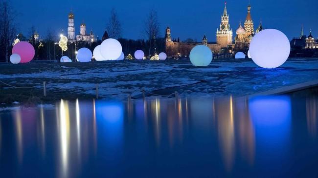Istana Kremlin terlihat di belakang balon-balon hiasan di Taman Zaryadye di Moskow, Rusia. Saat ini kota Moskow dikejutkan oleh
