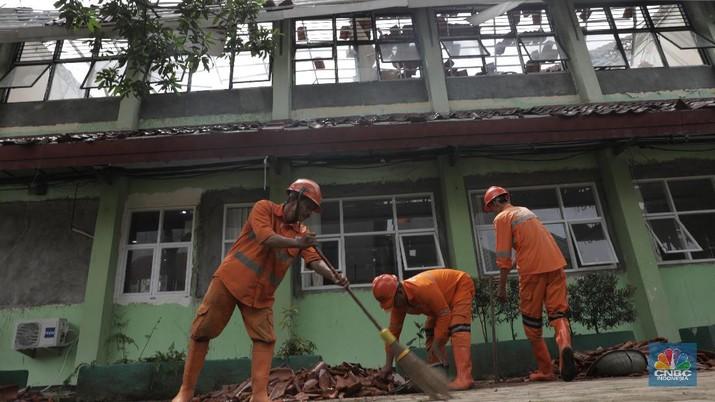 Akibat hujan dan angin kencang beberapa ruang kelas XI SMKN 24 ambruk lokasinya di Bambu Apus, Jakarta Timur.
