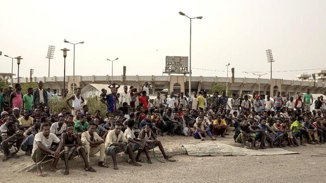 Imigran Ethiopia melalui perjalanan panjang ratusan kilometer dari desa dan kota asal untuk memperbaiki nasib dan perekonomian di Arab Saudi.(AP Photo/Nariman El-Mofty)
