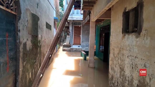 VIDEO: Banjir Bidara Cina Mulai Surut, Warga Bersihkan Rumah