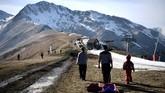 Sekitar 50 ton salju dari pegunungan sebelahnya ke sejumlah spot lereng ski yang dikelola Resor Luchon-Superbagneres. (Anne-Christine POUJOULAT / AFP)