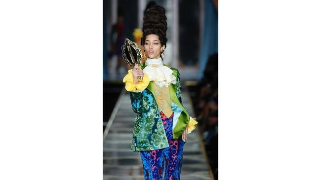 Jerremy Scott menggabungkan dua elemen fesyen yang ikonik namun secara historik bertolak belakang - ball gown di era borjuis prancis abad ke 18 dengan denim yang berasal dari pelaut dan kelas pekerja. (AP Photo/Domenico Stinellis)