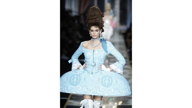 """""""The higher the hair, the closer to God"""" Quotes dari Karin Gillespie, yang menggambarkan tren fesyen di tahun 1960an, dengan anggapan semakin tinggi sasak rambut, semakin dekat ia pada Tuhan, yang terisnpirasi dari hairdo para ratu dan puteri Prancis. (AP Photo/Domenico Stinellis)"""