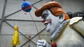 Peserta karnaval di kota Cologne, Jerman, tampil sebagai Presiden Amerika Serikat, Donald Trump, yang menyerupai karakter Pennywise dari film IT. (Photo by INA FASSBENDER / AFP)