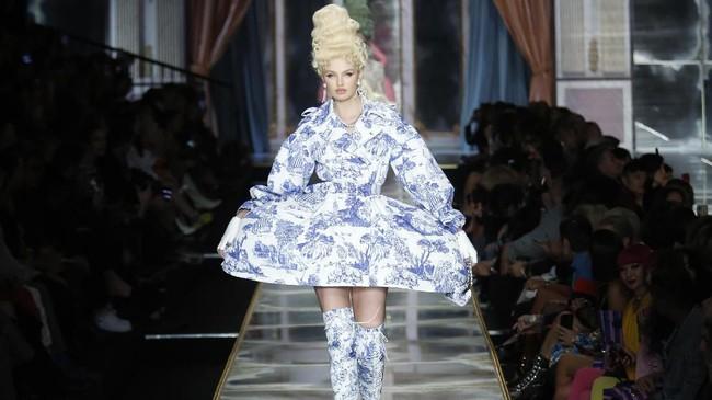 Toile de Jouy, kain dengan cetakan motif yang dimulai oleh perusahaan Jouy en Josas di abad ke 18, yang menggambarkan lansekap dengan latar belakang warna putih, menjadisalah satu motif khas Prancis yang terkenal. (AP Photo/Domenico Stinellis)