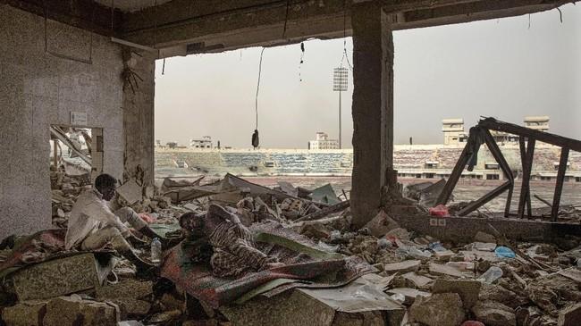 Tak sedikit yang justru berakhir meninggal di tengah perjuangan panjang. Tumpukan tanah kuburan tanpa batu nisan menjadi saksi perjuangan panjang para imigran.(AP Photo/Nariman El-Mofty)