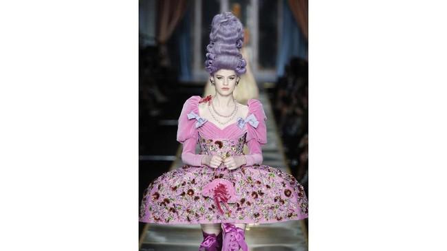 Model Kaia Gerber memakai sebuah gaun dengan gaya Pannier berhias renda Prancis, dengan pinggul sangat lebar, yang dulunya hanya diperuntukkan bagi sang Ratu Marie Antoinette, yang memastikan semua orang minggir untuk memberi jalan (dan terlalu jauh untuk mencium sang ratu). (AP Photo/Domenico Stinellis)