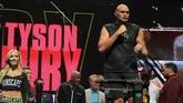 Tyson Fury tercatat memiliki berat badan hingga 123 kilogram atau 19 kilogram lebih berat dari Wilder. (Photo by John Gurzinski / AFP)