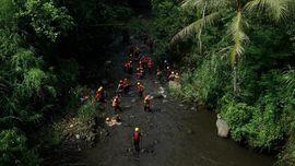 FOTO: Mencari Siswa SMP 1 Turi yang Terseret Arus Sungai