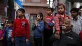 Sebagai bentuk perayaan, para peserta menyerukan doa-doa, menjalankan puasa dan melakukan sejumlah hal lain sebagai bentuk kepatuhan terhadap Dewa Siwa. (AP Photo/ Rajesh Kumar Singh)