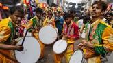 Para peserta festival serta dalam prosesi yang menandai dimulainya Maha Shivaratri di Prayagraj, India, pada Jumat (21/2). Shivaratri bisa diartikan sebagai Malam Siwa, di mana pemujaan dinaikkan untuk Dewa Siwa. (AP Photo/ Rajesh Kumar Singh)