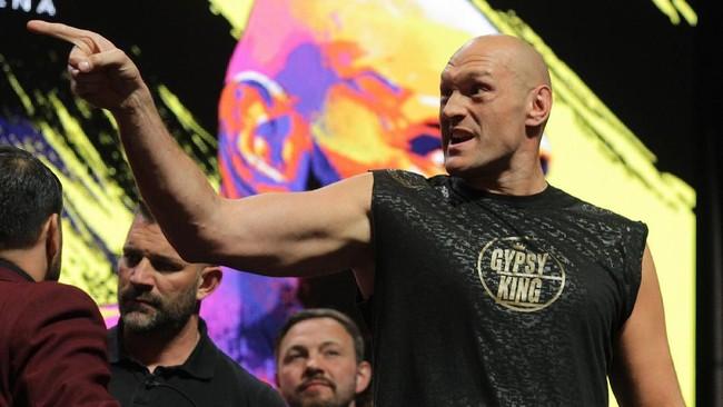 Tyson Fury menunjuk ke arah pemegang gelar juara kelas berat WBC Deontay Wilder. (Photo by John Gurzinski / AFP)