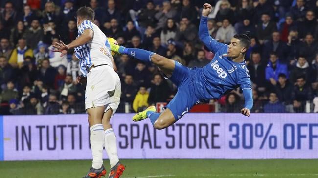 Cristiano Ronaldo melakukan tendangan akrobatik saat melawan SPAL di Stadion Paolo Mazza pada lanjutan Liga Italia. (Filippo Rubin/LaPresse via AP)