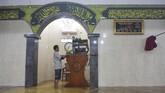 Warga meletakan alat pengeras suara ke atas mimbar di Masjid Jami' Al-Jamaah yang terendam banjir di Jalan Anyer, Menteng, Jakarta, Minggu (23/2/2020). Selain rumah ibadah, banjir juga menggenangi RSCM di Jakarta Pusat. (ANTARA FOTO/M Risyal Hidayat)