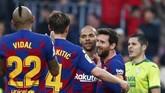 Lionel Messi mencetak gol keempat dengan menerima assist dari penyerang baru Barcelona Martin Braithwaite. (AP Photo/Joan Monfort)