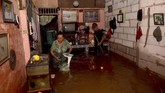 Warga menyelamatkan barang di dalam rumahnya yang terendam banjir di Jalan Anyer, Menteng, Jakarta, Minggu (23/2/2020). (ANTARA FOTO/M Risyal Hidayat)