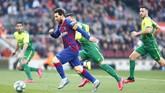 Lionel Messi menggiring bola saat Barcelona menjamu Eibar pada lanjutan Liga Spanyol di Stadion Camp Nou, Sabtu (22/2). AP Photo/Joan Monfort)