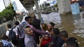 Sejumlah warga negara asing menumpang di atas sebuah truk saat banjir menggenangi Jalan Boulevard Barat Raya, Kelapa Gading, Jakarta Utara, Minggu (23/2/2020). (ANTARA FOTO/Sigid Kurniawan)