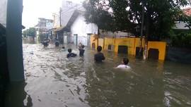 Banjir Satu Meter, Warga Cakung Timur Mengungsi