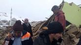 Sekitar 1.066 bangunan roboh hingga melukai 37 orang dan sembilan lainnya dinyatakan kritis. (DHA via AP)