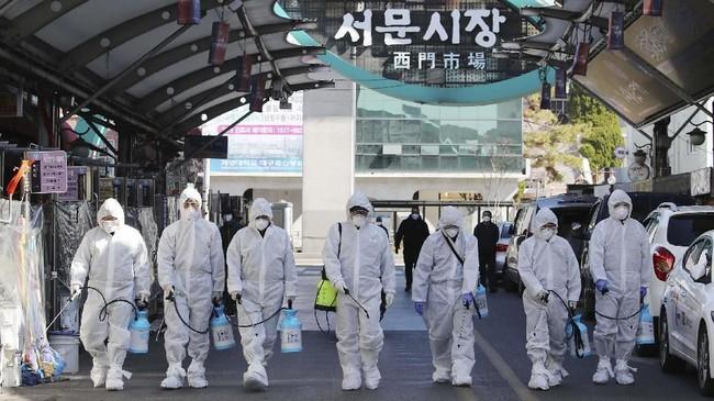 Korea Selatan menignkatkan kewaspadaan terhadap wabah virus corona (COVID-19) sejak Minggu (23/2) seiring dengan melonjaknya kasus infeksi. (Im Hwa-young/Yonhap via AP)