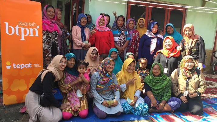 Pengusaha pengasinan ikan sekaligus ketua sentra BTPN Syariah Desa Bandengan, Kab. Cirebon di tempat pengeringan ikan asin miliknya. (BTPN)