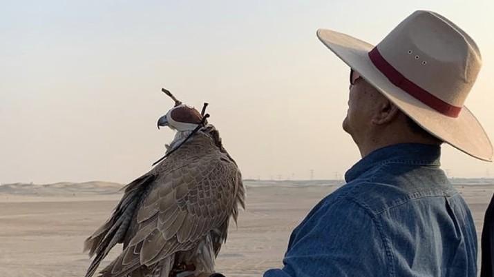 Menhan Prabowo dan Menhan UEA, Mohammed Al Bawardi merampungkan perjanjian kerjasama pertahanan antar kedua negara, perbincangan dilakukan scr informal di gurun pasir luas sambil melepas Elang berburu. (Twitter/Dahnilanzar