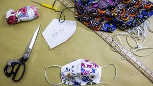 FOTO: Mahal, Warga Hong Kong Buat Masker Corona Sendiri