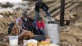 Pusat gempa dilaporkan berada di kedalaman lima kilometer dekat desa Habash-e-Olya, Iran. (DHA via AP)